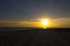 Schöner Sonnenuntergang auf Strand Stockfotos