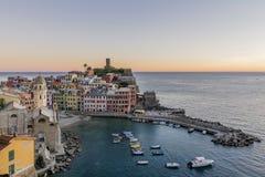 Schöner Sonnenuntergang auf Vernazza, Cinque Terre-Park, Ligurien, Italien lizenzfreie stockbilder