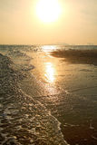 Schöner Sonnenuntergang bei Nai Harn Beach, Rawai, Phuket, Thailand lizenzfreie stockbilder