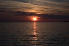 Schöner Sonnenuntergang in dem Ozean lizenzfreie stockfotos