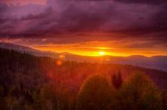 Schöner Sonnenuntergang in den Bergen, kaukasische Reserve Stockbild