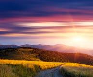 Sonnenuntergang in den Bergen und in der Straße Lizenzfreies Stockbild