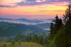 Schöner Sonnenuntergang in der Gebirgslandschaft Lizenzfreie Stockfotos