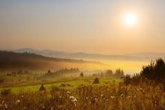 Schöner Sonnenuntergang in der Gebirgslandschaft Karpaten, Ukraine Lizenzfreie Stockbilder
