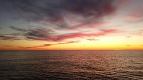 Schöner Sonnenuntergang an der goldenen Stunde stock footage