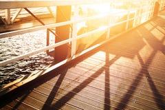 Schöner Sonnenuntergang in der Hafenstadt Brücke mit Seehintergrund Horiz Lizenzfreie Stockbilder