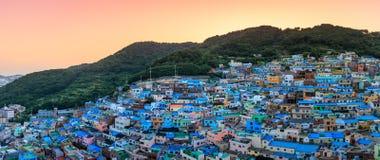 Schöner Sonnenuntergang des Gamcheon-Kultur-Dorfs gelegen in Busan-Stadt stockbilder
