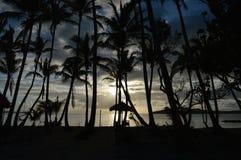 Schöner Sonnenuntergang durch blaue Lagune Fidschi lizenzfreies stockfoto
