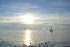 Schöner Sonnenuntergang durch den Ohrid See Stockfotos