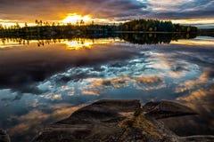 Schöner Sonnenuntergang durch Waldsee Lizenzfreies Stockbild
