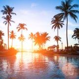Schöner Sonnenuntergang an einem Strandurlaubsort in den Tropen Reise Lizenzfreie Stockbilder