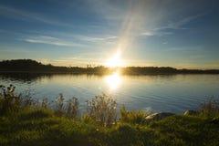 Schöner Sonnenuntergang am Herbstabend in Schweden Skandinavien stockfotografie
