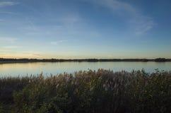 Schöner Sonnenuntergang am Herbstabend in Schweden Skandinavien stockbilder