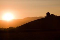 Schöner Sonnenuntergang hinter den Bergen lizenzfreies stockfoto