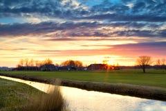 Schöner Sonnenuntergang im Ackerland Lizenzfreie Stockfotografie