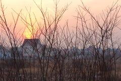 Schöner Sonnenuntergang im Dorf Lizenzfreie Stockfotografie