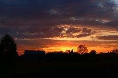 Schöner Sonnenuntergang im Dorf Lizenzfreie Stockfotos