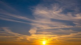 Schöner Sonnenuntergang im Himmel Stockfotos