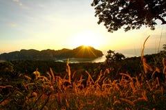 Schöner Sonnenuntergang im Meer Stockbild