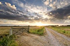 Schöner Sonnenuntergang im niederländischen Ackerland lizenzfreie stockfotografie