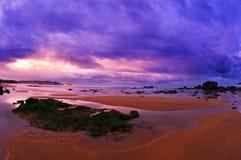 Schöner Sonnenuntergang im Strand mit purpurrotem Himmel Lizenzfreies Stockfoto