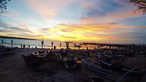 Schöner Sonnenuntergang am Jimbaran-Strand, Tropeninsel Bali, erstaunliche Farben, Lichtstrahl, der durch das cloudscape glänzt stock footage
