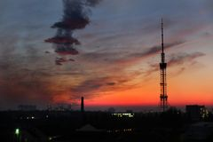Schöner Sonnenuntergang in Kiew, Ukrain lizenzfreie stockbilder