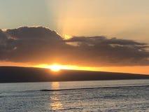 Schöner Sonnenuntergang in Maui! lizenzfreie stockbilder