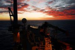 Schöner Sonnenuntergang in Meer Lizenzfreie Stockfotografie