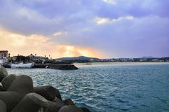 Schöner Sonnenuntergang in Meer Stockfotos