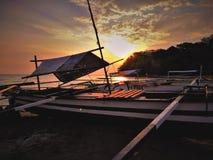 Schöner Sonnenuntergang mit Bootshintergrund lizenzfreies stockbild