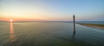 Schöner Sonnenuntergang mit dem Lehnen von Kiipsaare-lighhouse in Estland lizenzfreie stockbilder