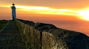 Schöner Sonnenuntergang mit einem Leuchtturm lizenzfreie stockfotos