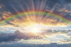 Schöner Sonnenuntergang mit einem Regenbogen lizenzfreie stockfotografie