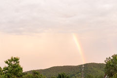 Schöner Sonnenuntergang mit Regenbogen über Dschungel, Thailand lizenzfreies stockfoto