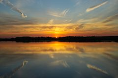 Schöner Sonnenuntergang mit Wolken auf der Wolga Stockbilder