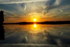 Schöner Sonnenuntergang mit Wolken auf der Wolga Stockfoto