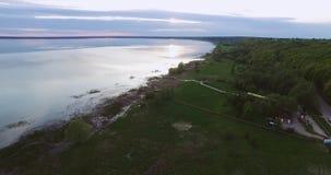 Schöner Sonnenuntergang nahe dem See Ansicht von oben Spanne über dem See stock footage