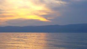 Schöner Sonnenuntergang Oppositionen von Rotem und von Blauem stock video footage