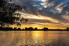 Schöner Sonnenuntergang in See Zoetermeerse Winkeln des Leistungshebels stockbilder