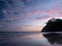 Schöner Sonnenuntergang am Strand Stockfotografie