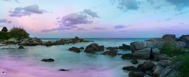 Schöner Sonnenuntergang am Strand Stockfotos