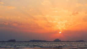 Schöner Sonnenuntergang am Strand, erstaunliche Farben, Lichtstrahl, der durch das cloudscape über dem arabischen Golfmeerblick g stock footage