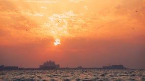 Schöner Sonnenuntergang am Strand, erstaunliche Farben, Lichtstrahl, der durch das cloudscape über dem arabischen Golfmeerblick g stock video footage