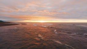Schöner Sonnenuntergang am Strand, erstaunliche Farben, Lichtstrahl, der vorbei durch das cloudscape glänzt stock video footage