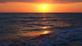 Schöner Sonnenuntergang am Strand-erstaunliche Farblichtstrahl, der durch den Cloudscape-Meerblick in Sonnenuntergang-Meer Wawes  stock video