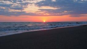 Schöner Sonnenuntergang am Strand-erstaunliche Farblichtstrahl, der durch den Cloudscape-Meerblick in Sonnenuntergang-Meer Wawes  stock video footage