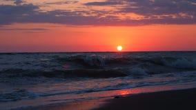 Schöner Sonnenuntergang am Strand-erstaunliche Farblichtstrahl, der durch den Cloudscape-Meerblick an den Sonnenuntergang-Meeresw stock video
