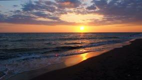 Schöner Sonnenuntergang am Strand-erstaunliche Farblichtstrahl, der durch den Cloudscape-Meerblick an den Sonnenuntergang-Meeresw stock video footage