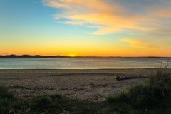 Schöner Sonnenuntergang am Strand in Fortrose, das Catlins, Südinsel, Neuseeland lizenzfreie stockfotos